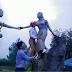 Kiểm điểm cán bộ huyện 'hôn' ngực tượng nàng Biang
