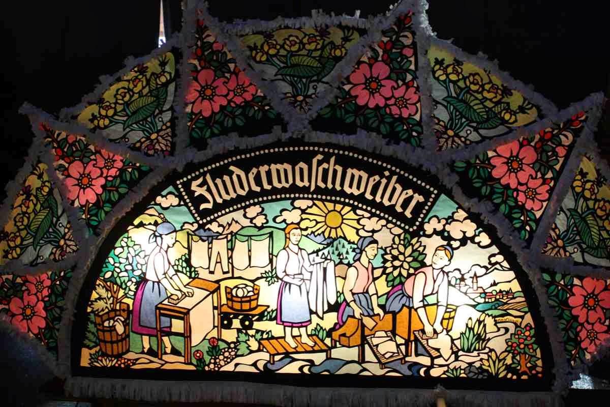 Die schönsten Perchten Kappen - Glöcklerkappe der Fluderwaschweiber von Ebensee © Copyright Monika Fuchs, TravelWorldOnline