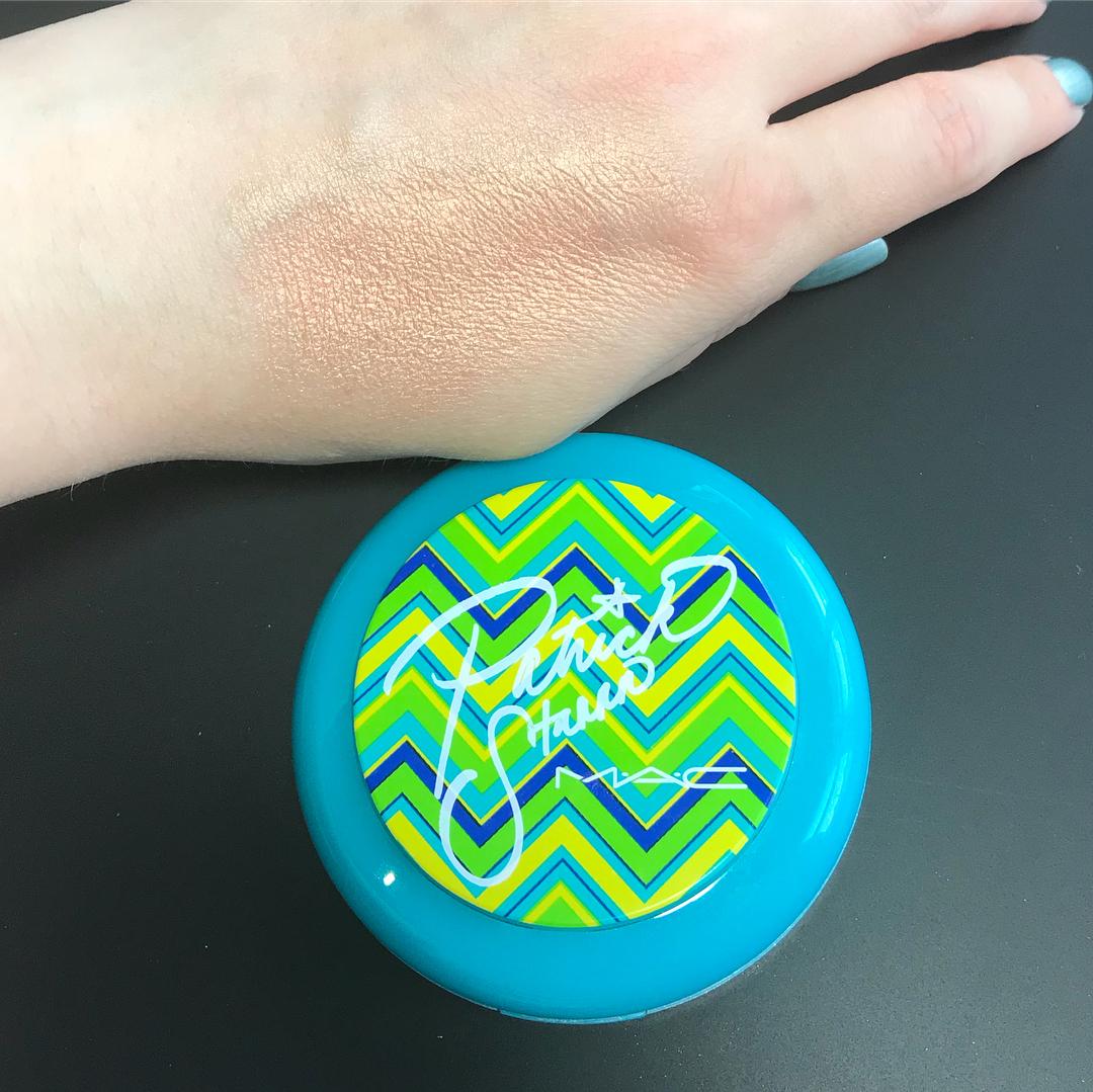 hot-heavy-face-powder-mac-swatch