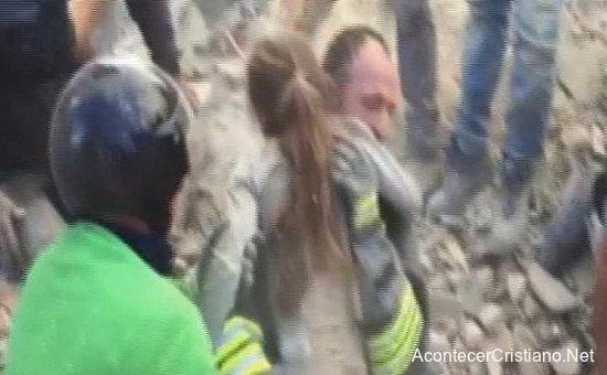 Rescate de niña bajo los escombros en terremoto