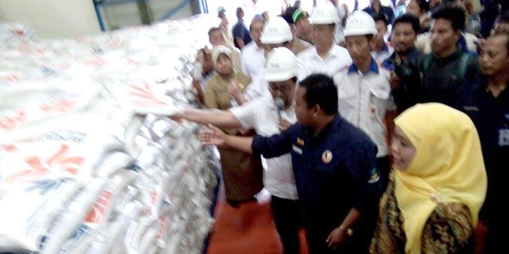 Mensos, Khofifah Indar Parawansa saat melakukan kunjungan kerja ke gudang Bulog Malang.