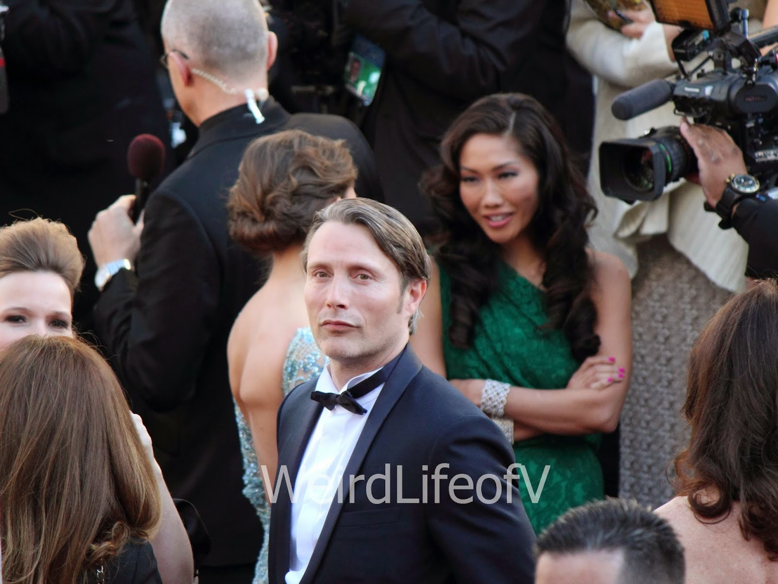 Mads Mikkelsen looking at the fan area at the 2013 Academy Awards