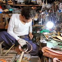銅の薬缶を修理するブリキ職人 修理箇所を鋲打ちする