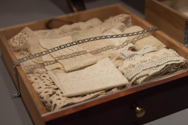 PauMau blogi aino Sibelius Järvenpää taidemuseo Jean Sibelius näyttely 2015 juhlavuosi vanhat käsityöt ristipisto punakirjonta pannunmyssy vintage pitsi lace