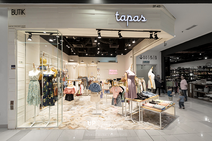Tapas fashion paradigm pj shopfront with solid wood strips stained in white color, marble herringbone floor tiles, open ceiling painted in black color and white racking