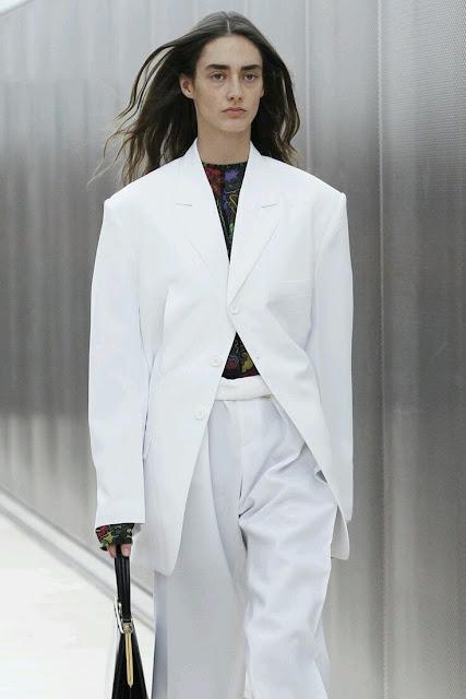 2017, fashion trends, inspiracje, inspirations, moda, modny styl, trendy, trendy 2017, gorset, biżuteria, kolczyki, neony, pudrowy róż, porady stylistki, street style, pudełkowe ramiona