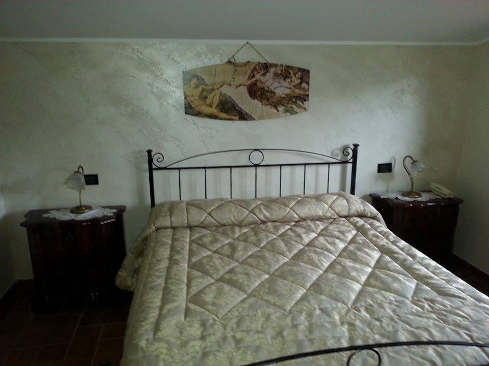 Imbianchino decorazione camera matrimoniale - Parete nera camera da letto ...