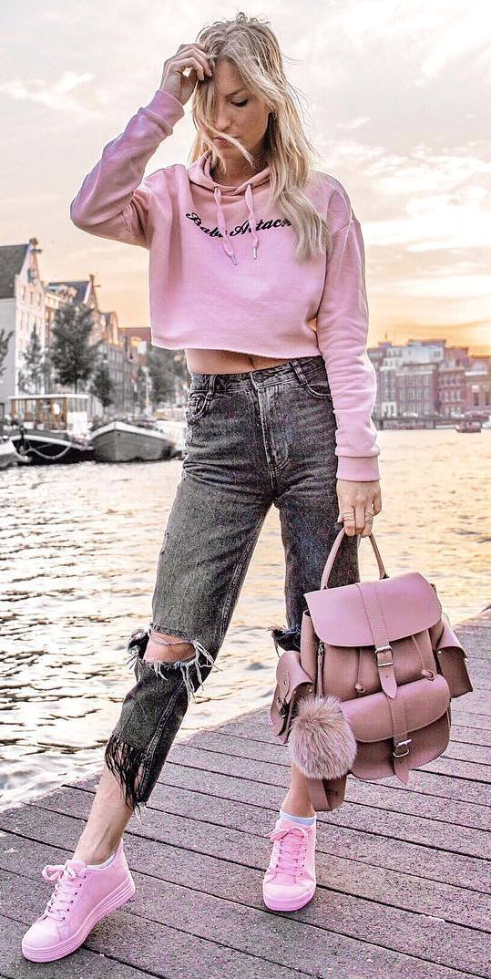 casual style obsession / pink sweatshirt + ripped jeans + bag + sneakers