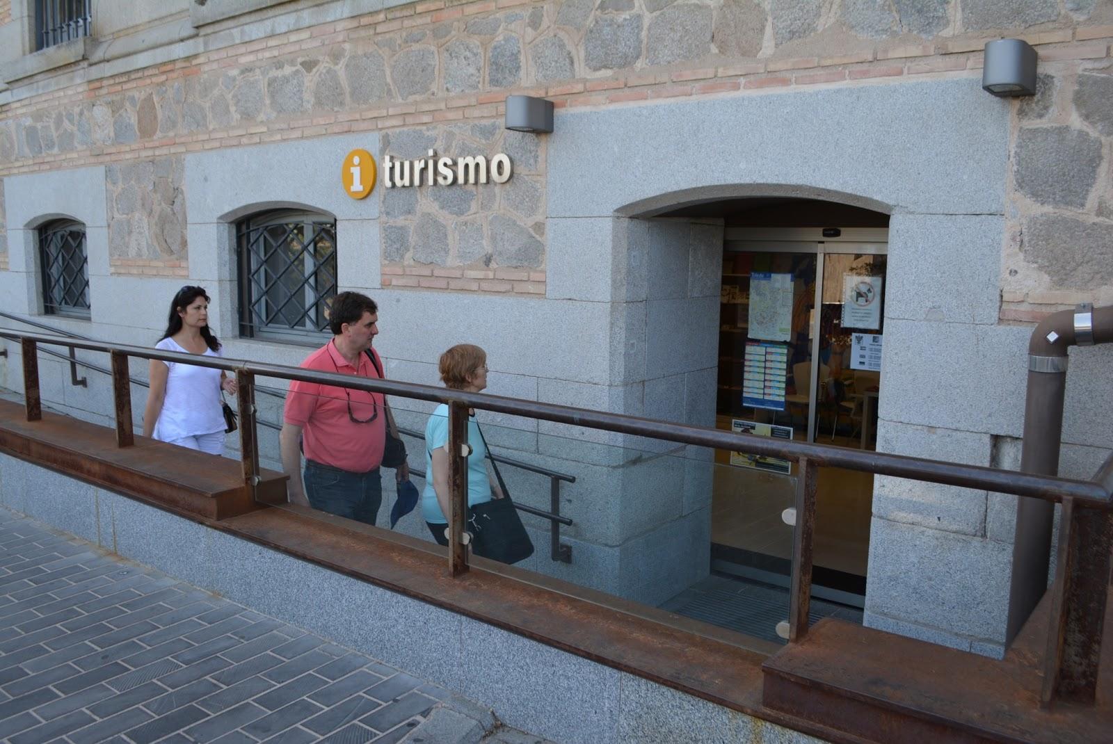 Visitantes pasan por la oficinas de turismo de la for Oficina de turismo de toledo capital
