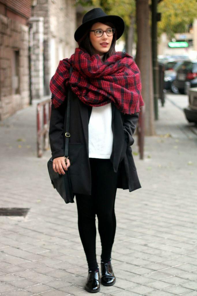 Bufanda-manta alrededor del cuello y los hombros a modo de poncho