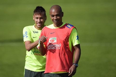Fernandinho trên sân tập luyện chuẩn bị cho World Cup 2014