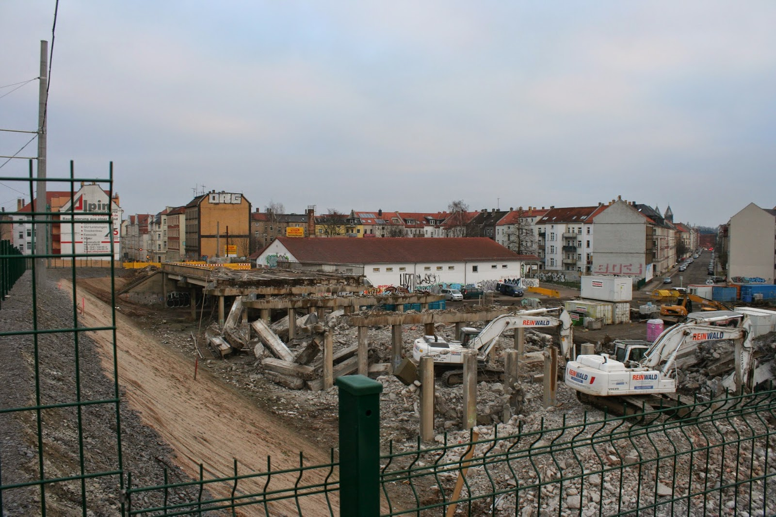 der stadteinwärtige Teil der Brücke ist am 11.02.2015 fast abgerissen