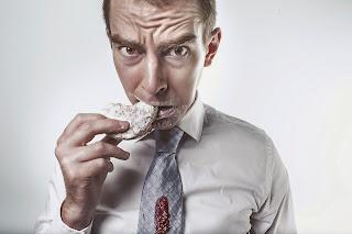 hombre comiendo una galleta