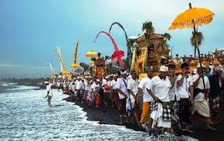 Makna Upacara Melasti di Laut Sebelum Hari Raya Nyepi