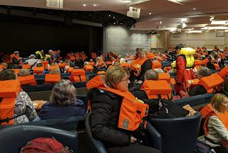 HELSINKI.- Un crucero con 1.300 pasajeros y tripulantes tuvo problemas de motor y envió el sábado una señal de auxilio en aguas frente a Noruega, mientras intentaba desesperadamente quedar varado en la rocosa costa occidental del país con un mar embravecido.