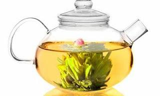 A alcachofra é uma planta medicinal, o chá preparado com suas folhas é muito utilizada para emagrecer.  Chá de alcachofra As propriedades da alcachofra incluem a ação anti esclerótica, depurativa do sangue, digestiva, diurética, laxante, anti-reumática, anti-tóxica, hipo tensora e anti-térmica. Serve para ajudar no tratamento de anemia, aterosclerose, colesterol alto, diabetes, doenças do coração, febre, fígado, fraqueza, gota, hemorroidas, hemofilia, pneumonia, reumatismo, sífilis, tosse, ureia, urticária e problemas urinários.