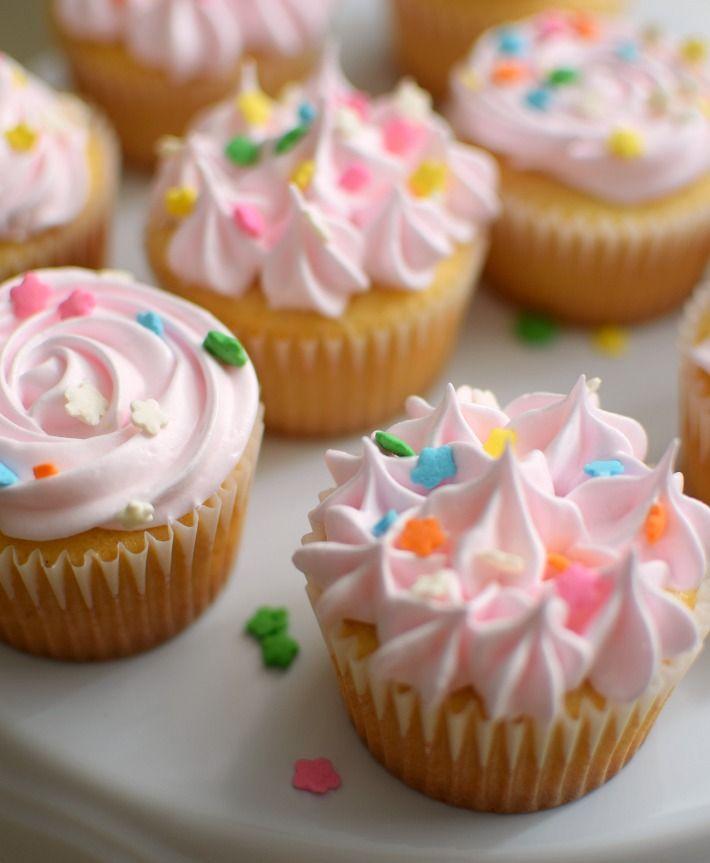 Cupcakes de vainilla decorados con merengue esponjoso y decorados con lluvia de colores, un postre para cualquier ocasión