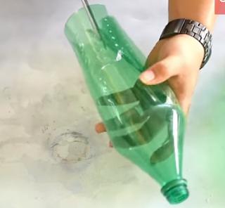 potong bagian bawah botol tersebut dengan jarak 1 cm