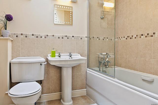 Kamar mandi yang kotor tidak hanya menciptakan penghuni rumah merasa tidak nyaman dan kamar m Cara Praktis Membersihkan Kamar Mandi