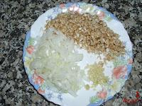 Cebolla, tallo y diente de ajo picado