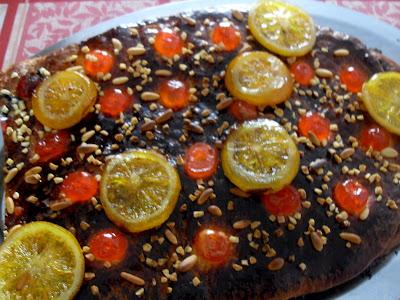 Coca de Sant Joan con trufa, frutas confitada y chocolate // Ideas para la cena de la verbena