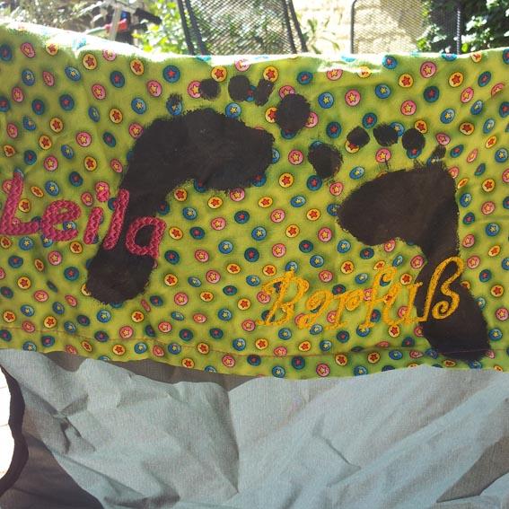 Bestickte Hussa für den Campingstuhl. Name und Fußabdruck für den Campingstuhl