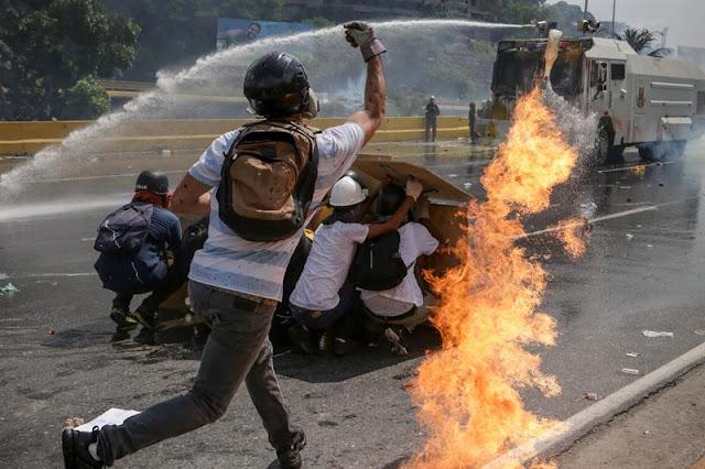 """Unión Europea ve """"preocupante"""" el refuerzo de los grupos civiles armados en Venezuela"""