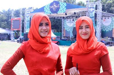 SPG salah satu mereka rokok ternama bertugas di Muktamar ke-33 NU,  dengan mengenakan jilbab demi menghormati Kabupaten Jombang yang dikelilingi banyak pondok pesantren. (Foto: Martahan Lumban Gaol). Satu Harapan.