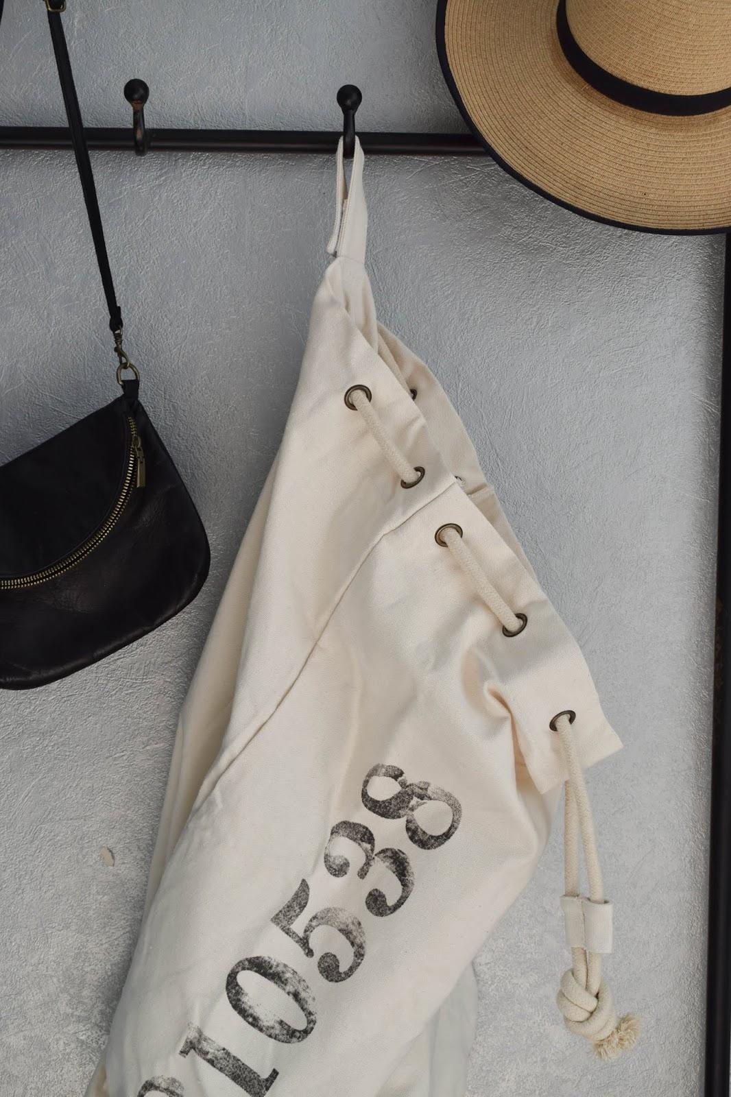 Garderobe Diele Flur Eingangsbereich Deko Dekoidee Interior Einrichtung WENKO Wäschesammler Wäschesack Aufbewahrung Werbung 2