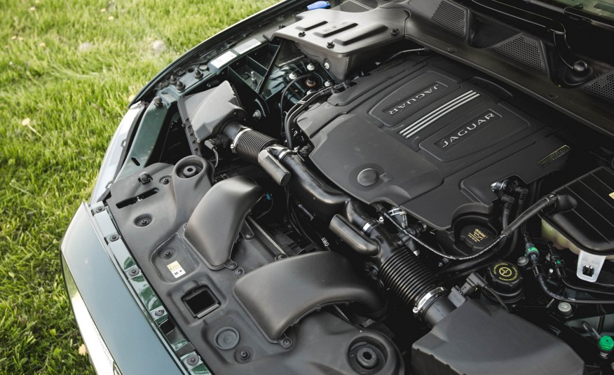 Jaguar XJ 2016 được trang bị 3 phiên bản động cơ, đều trên 340 mã lực