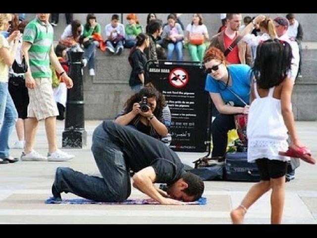 SUBHANALLAH!!! Inilah Reaksi Orang Orang Barat Melihat Muslim Sholat Di Jalanan