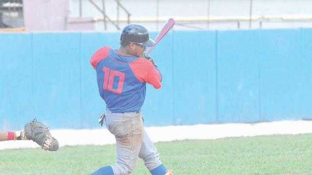 El paracortos Miguel González, integrante del último equipo Cuba juvenil, luce buenas manos y desplazamientos, además de que archiva números decorosos al ataque.