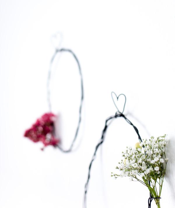 Selbstgemachte Wohndeko: DIY Kranz aus Eisendraht binden.