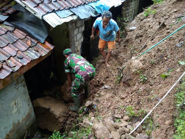 Personil Koramil 2121 Cibungbulang ikut membantu korban Tanah Longsor di desa Cibunian