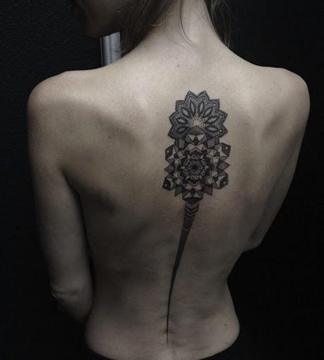 A mandala é um símbolo que não é apenas cheia de significado, mas também um grande desenho de tatuagem. Geralmente é colorido e as simetrias e desenhos geométricos realmente vai fazer você olhar para ele.