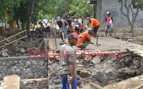pembangunan jembatan di desa gembongan lambat