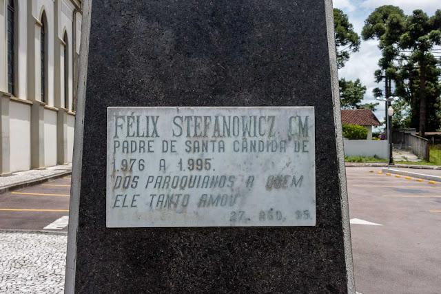 Placa na herma em homenagem ao padre Felix Stefanowicz