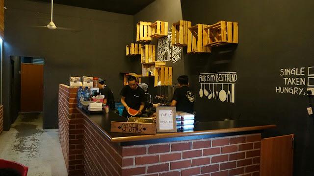 Dekorasi yang ringkas dan santai di Big Daddy's Family Cafe