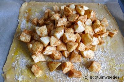 Appels bewaren als een reuze appeltaart met suiker, kaneel, rozijnen en amandel