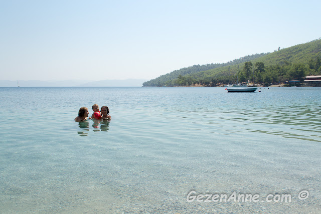 tertemiz, dalgasız, turkuvaz denizli Akbük'te denize girerken, Gökova Muğla