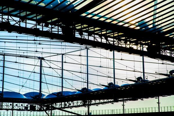 Foto cool destacando las lineas constructivas del estadio de futbol