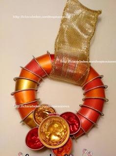 http://clarabelen.com/inspiraciones/4490/corona-de-navidad-con-capsulas-nespresso-recicladas/