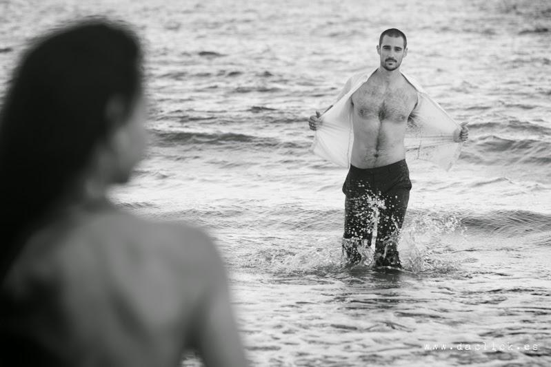 el fotografo de boda le indica al novio se quita la camisa dentro del agua