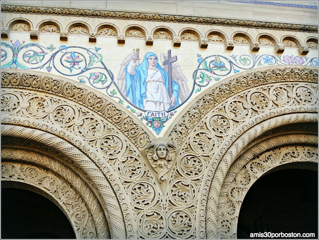 Fachada Memorial Church, Mosaico Faith, Universidad de Stanford