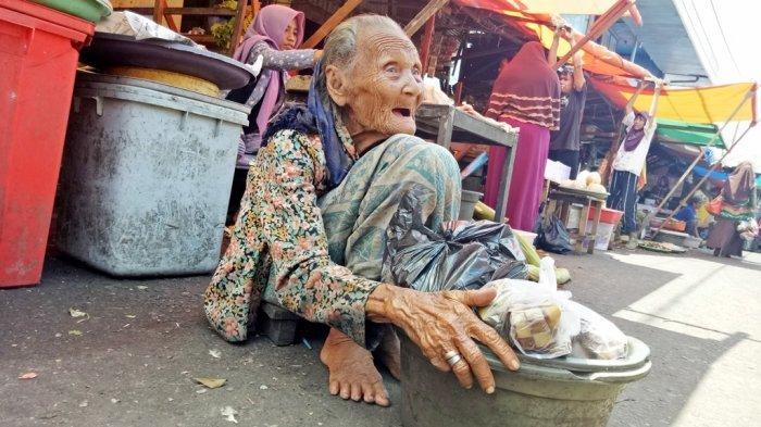 Merinding..!! Kisah Nenek Ijum, Usia Hampir 1 Abad Cari Uang dengan Cara Jualan Ketupat