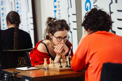 Retour sur la ronde 8 : Première victoire de la Française Marie Sebag face à l'Américaine Irina Krush - Photo © Austin Fuller