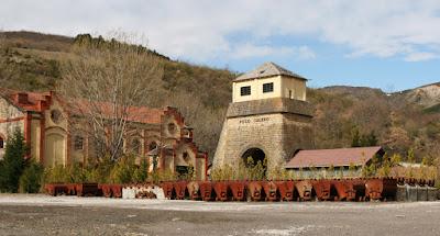 Castillete de piedra de sillería del Pozo Calero y edificio de sala de máquinas
