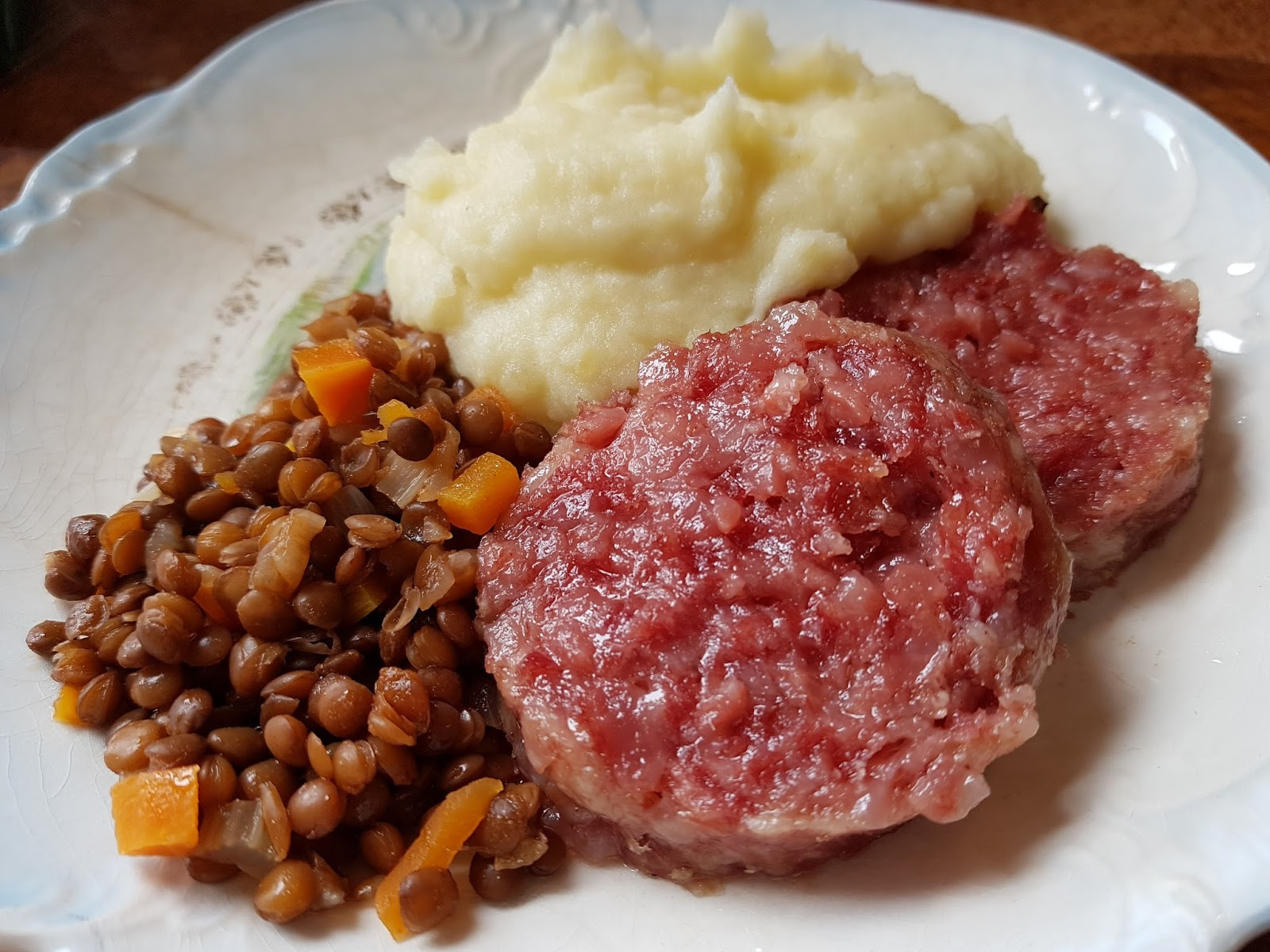Cotechino lenticchie e purè di patate