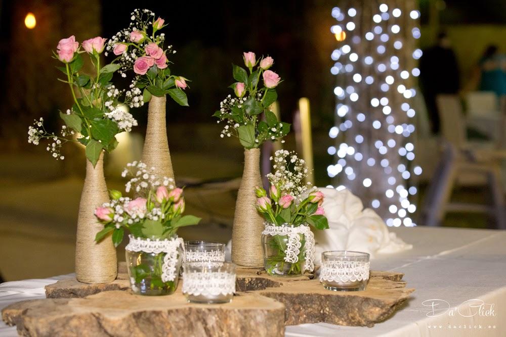 centro de mesa presidencial base de tronco de olivo y flores en botellas forradas de cuerda