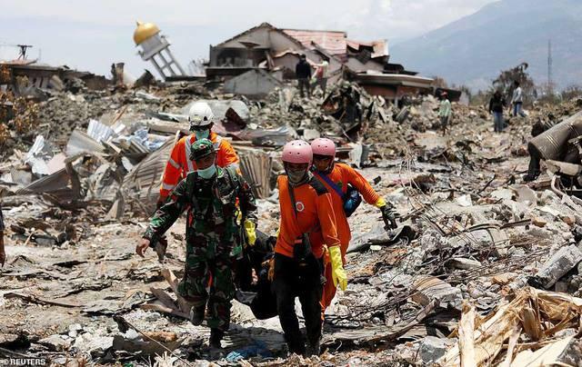 Đội cứu hộ và quân đội đưa các nạn nhân ra khỏi khu vực đổ nát do thảm họa tự nhiên